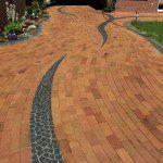 Allée arrondie en briques et pavés en pierre naturelle ©Terca