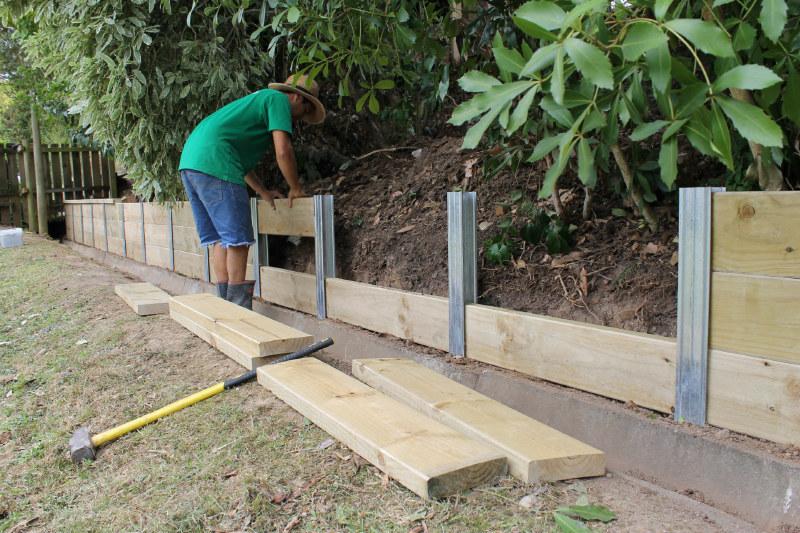 6 fa ons de retenir la terre dans son jardin. Black Bedroom Furniture Sets. Home Design Ideas
