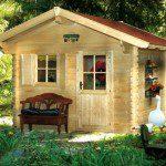 Abri avec une avancée de toit et un banc ©FranceAbris