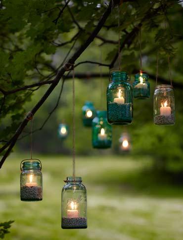 Bocaux suspendus avec des bougies stabilisées ©inconnu
