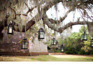 Lanternes suspendues avec un ruban ©millieholloman.com