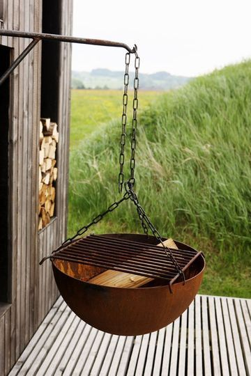 5 styles de barbecues vraiment originaux for Hanging fire bowl