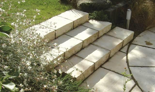 Marches-blocs en pierre reconstituée ©bradstone-jardin.com