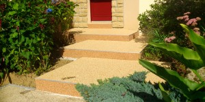 Escalier en gravillons et résine ©diffusionsolmur.fr