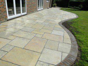 Terrasse en dalles avec bordure en briques ©Cutaboverest.co.uk