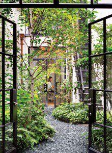 Petite cour entre la maison et un bureau ©Reesroberts.com