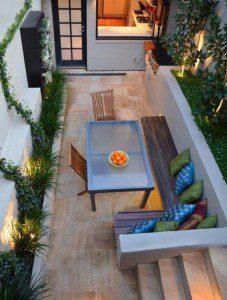 Cour avec une terrasse et des végétaux dans des bacs sur-mesure ©inconnu