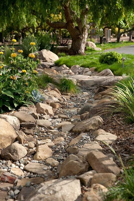 Rivière sèche avec des roches sur les berges ©Robmaday.com
