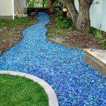 Rivière sèche en éclats de verre bleu ©Americanspecialtyglass.com