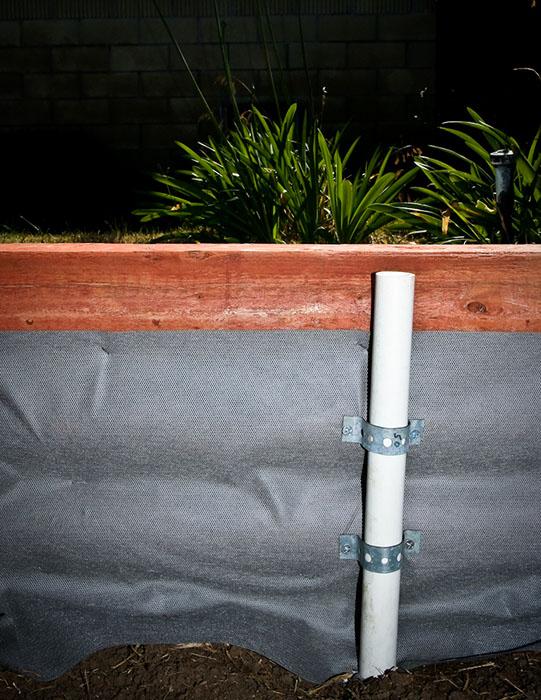 Support en PVC inclus dans le potager pour y placer l'armature d'une serre tunnel ©Modernbushman.com