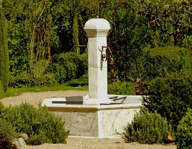 Fontaine rustique en pierre reconstituée ©Roc De France