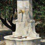 Fontaine murale rustique en pierre reconstituée ©Roc De France
