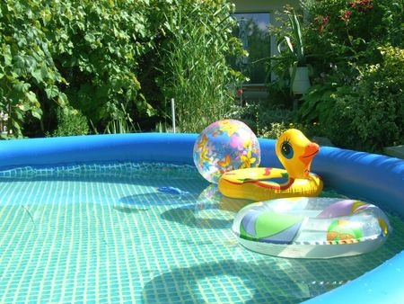 Comment installer et int grer une piscine gonflable au jardin for Photo piscine gonflable
