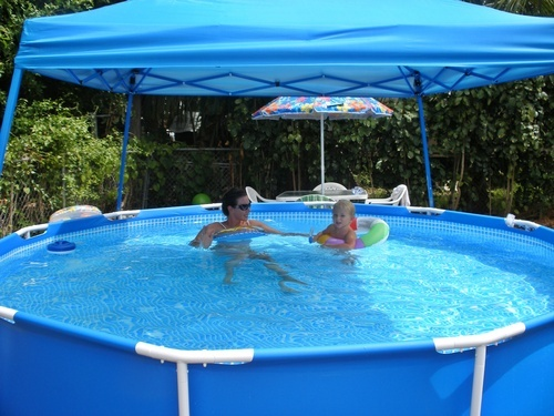 Comment installer et int grer une piscine gonflable au jardin for Verrue plantaire piscine