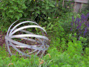 Boule composée de cercles de métal ©Thepeacefulaxolotl.blogspot.com
