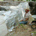 Utilisation de feuilles d'aluminium pour créer la texture de la roche ©Howdyyadewit.blogspot.com