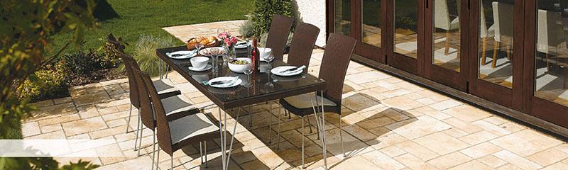 Terrasse traditionnelle contre la maison ©Bradstone-jardin.com
