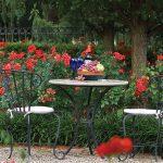 Petite table avec des chaises sur un sol en gravier ©Wallacelandscape.com