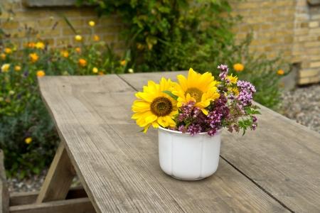 Un vase décore facilement une table de jardin ©ronyzmbow/123rf